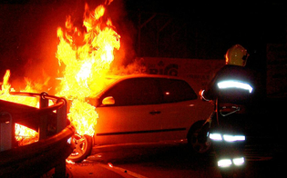 http://www.seguonews.it/attentati-incendiari-in-fiamme-un-autocarro-e-una-macchina-a-niscemi-e-riesi