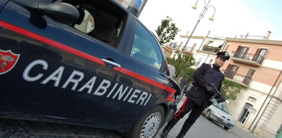Entrano in un market per chiedere il pizzo ma trovano i carabinieri: due arresti nel Nisseno