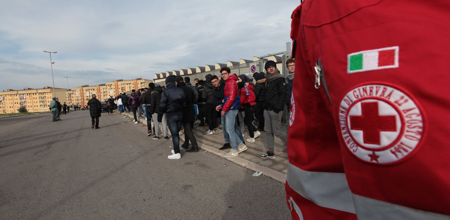 Solidarietà. Delegato CRI del Senegal fa tappa in città: visita ai migranti e omaggio al cimitero profughi