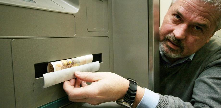 Il trucchetto del bancomat che non dà soldi: due nisseni denunciati a Ragusa