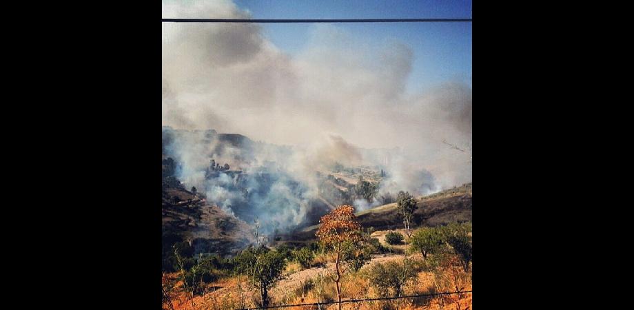Dieci ore di paura a San Cataldo per un incendio esploso vicino le case. Canadair in azione