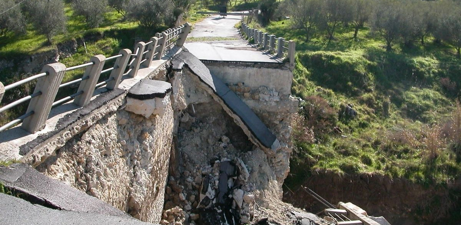 Il ponte crollato a Misteci, a settembre la gara d'appalto per la costruzione. Pronto progetto per 70mila euro