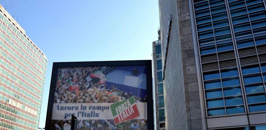 Oggi rinasce Forza Italia, diffidenza nel Pdl. E spuntano i primi cartelloni