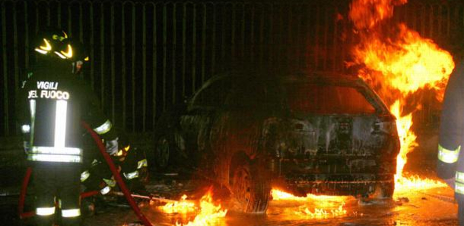 Notte di fuoco a Gela, in fiamme tre auto: presa di mira una commerciante di 28 anni