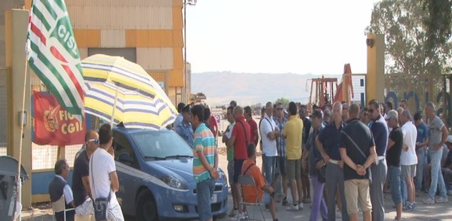 Gela, sit-in operai davanti cancelli della Smin contro ridimensionamento