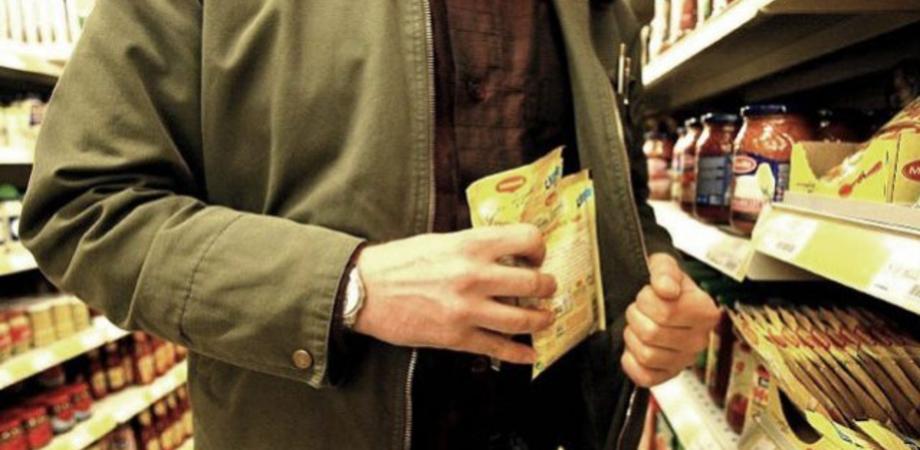 Caltanissetta: ruba al supermercato e nasconde la merce nella pancera, arrestato romeno