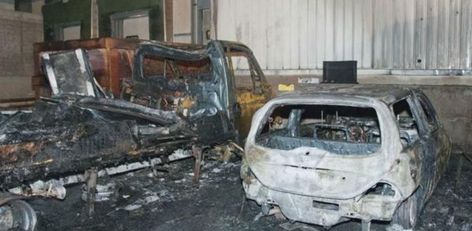 Gela, coppia nel mirino: incendiati camion e auto