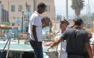 http://www.seguonews.it/immigrazione-sbarco-a-catania-di-198-profughi-ci-sono-anche-4-donne-incinte