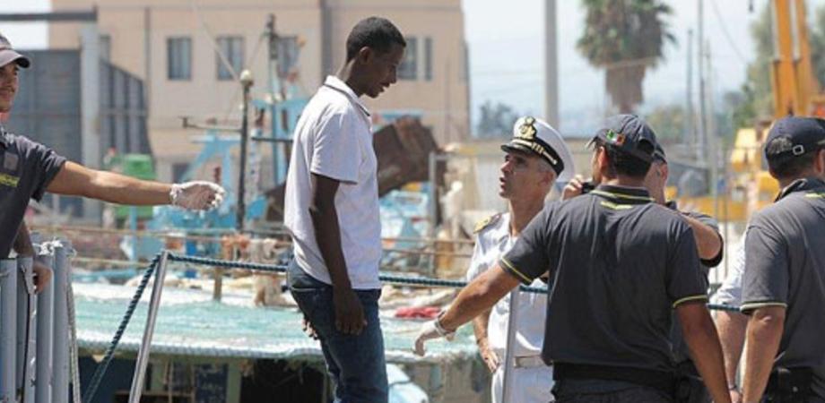 Immigrazione. Sbarco a Catania di 198 profughi: ci sono anche 4 donne incinte