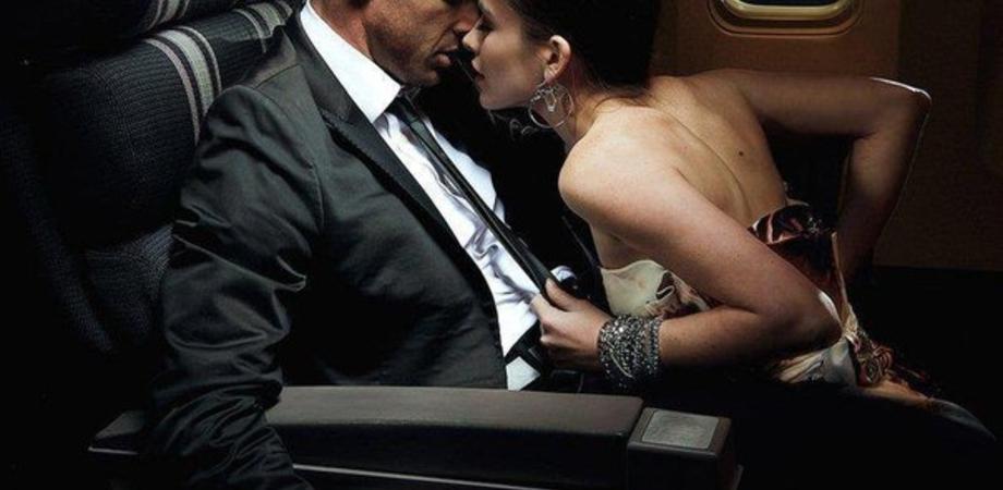 Sesso orale su aereo diretto a Las Vegas: denunciata coppia per atti osceni