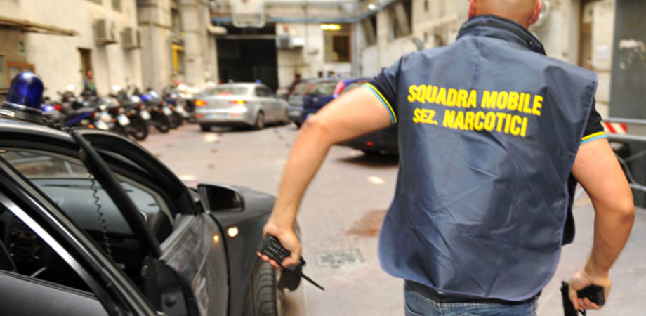 Caltanissetta, nascondeva eroina nel reggiseno: coppia arrestata dalla Narcotici