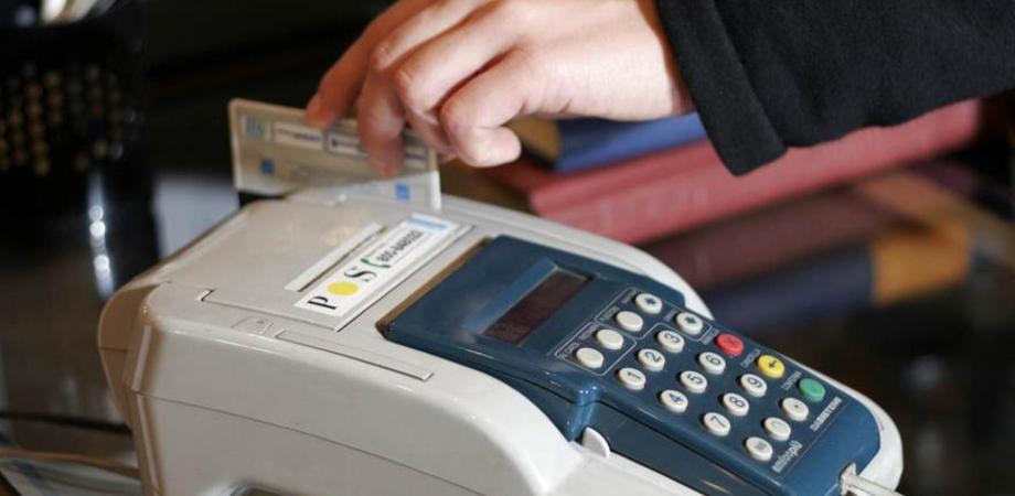 Pagamenti con bancomat e carte di credito, arriva un regalo da 300 euro. Al via anche la lotteria degli scontrini