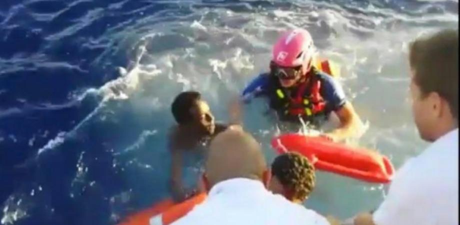 Lampedusa, si rovescia barcone con 250 migranti: avvistate vittime
