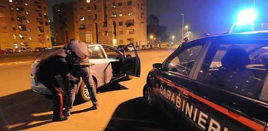 """Panetto di """"erba"""" nel bauletto e pistola nel cassetto. Carabinieri arrestano due persone a Riesi e Butera"""