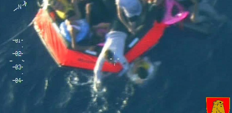 Si rovescia un barcone con 250 migranti: 50 morti, 10 i bambini