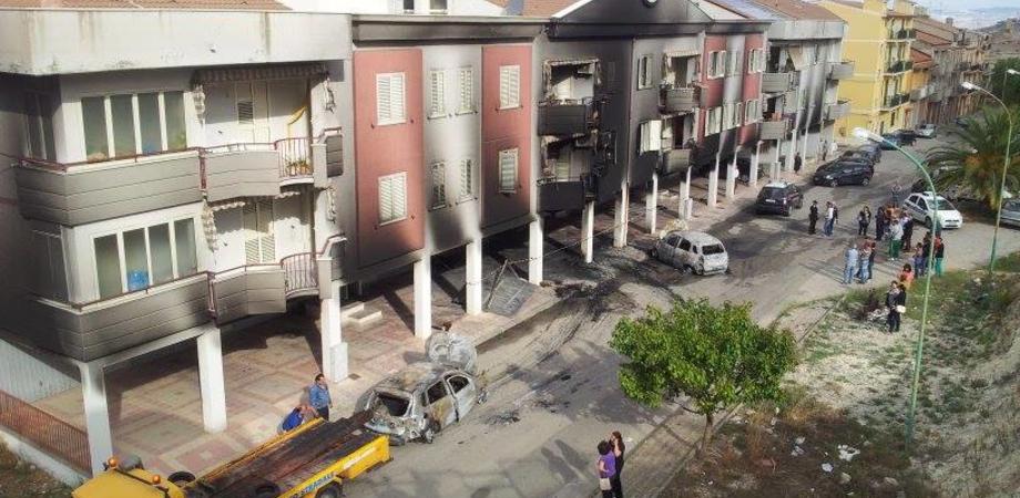 Riesi, girone infernale in via Dante Alighieri: tre auto a fuoco, palazzo bruciato LE FOTO