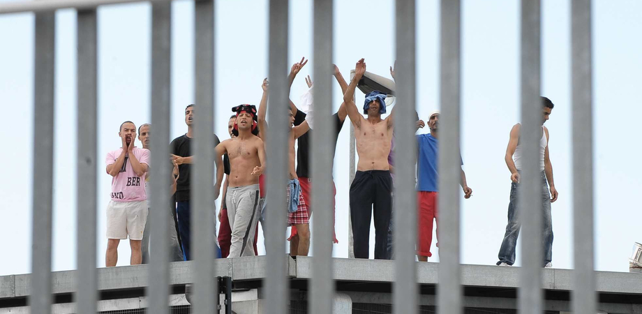 Rivolta al Cie di Pian del Lago per evitare il rimpatrio. Sassaiola contro le forze dell'ordine, tunisino si ferisce