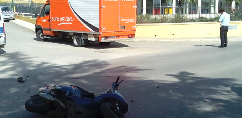 Via Due Fontane: scontro furgone-scooter, grave diciottenne