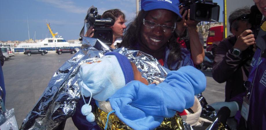 Siracusa, sbarcati 250 migranti: una donna partorisce bimba nel barcone