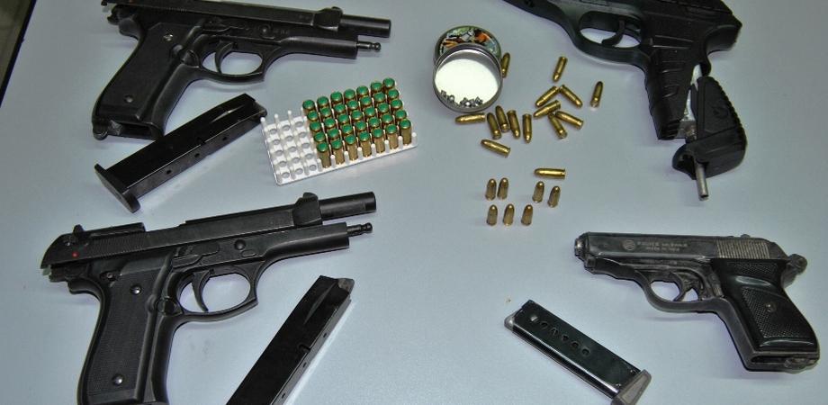 Niscemi, trovate quattro pistole clandestine: la Polizia arresta suocero e genero