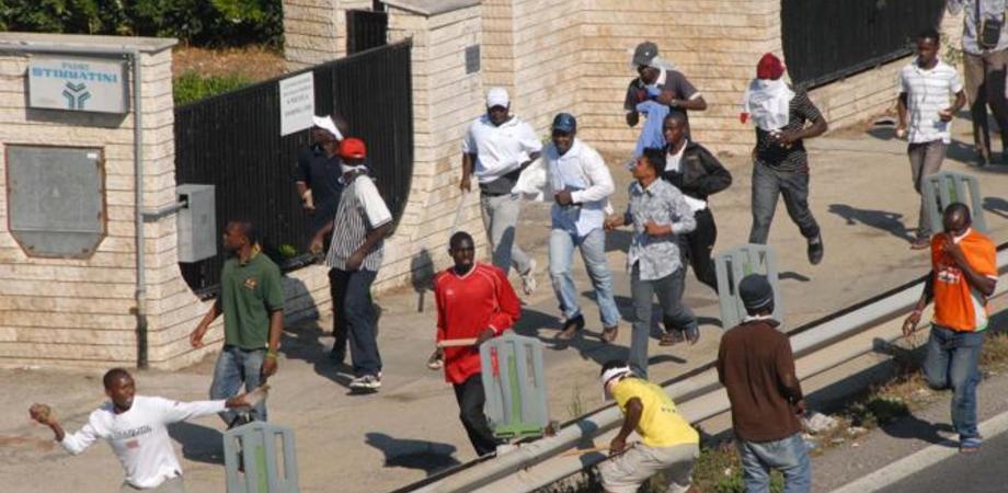 Mineo, profughi occupano invadono area di servizio. Sassaiola contro Polizia