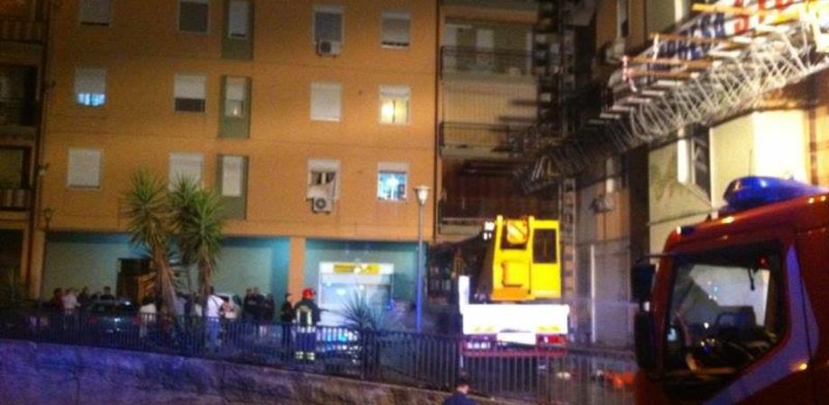 Caltanissetta, notte di paura: camion va a fuoco, palazzo evacuato LE FOTO