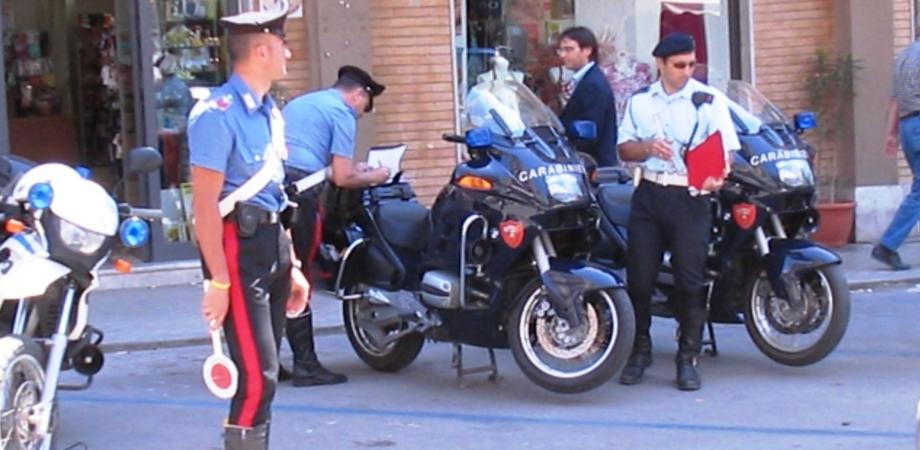 Gela, giro in moto con 2 figli senza casco e assicurazione: arrestato