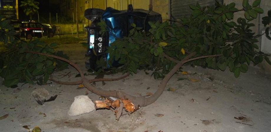 """L'auto piomba contro albero. Conducente positivo alla cocaina, l'amico crea il caos al """"Sant'Elia"""": denunciati dai carabinieri"""