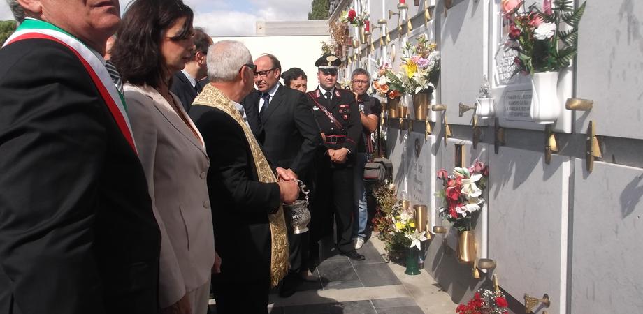 """Laura Boldrini in visita al cimitero di Mazzarino: """"Fermare la roulette russa di migranti nel Mediterraneo"""" LE FOTO"""