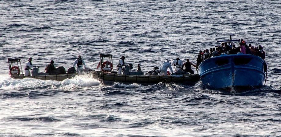 Sbarco a Portopalo: all'alba soccorsi 245 profughi, molti sono bambini
