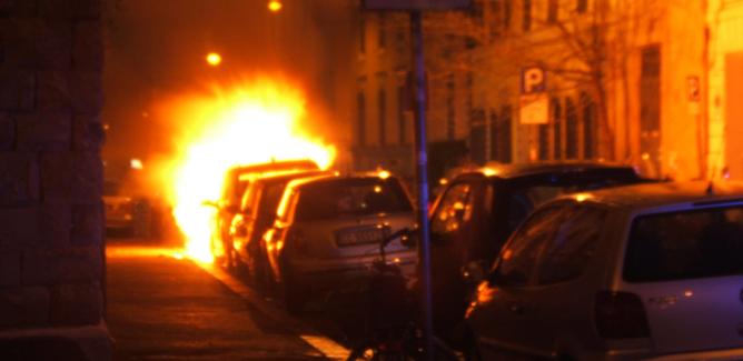 Due auto in fiamme a Niscemi. Il rogo danneggia i cavi elettrici e i prospetti di alcune abitazioni