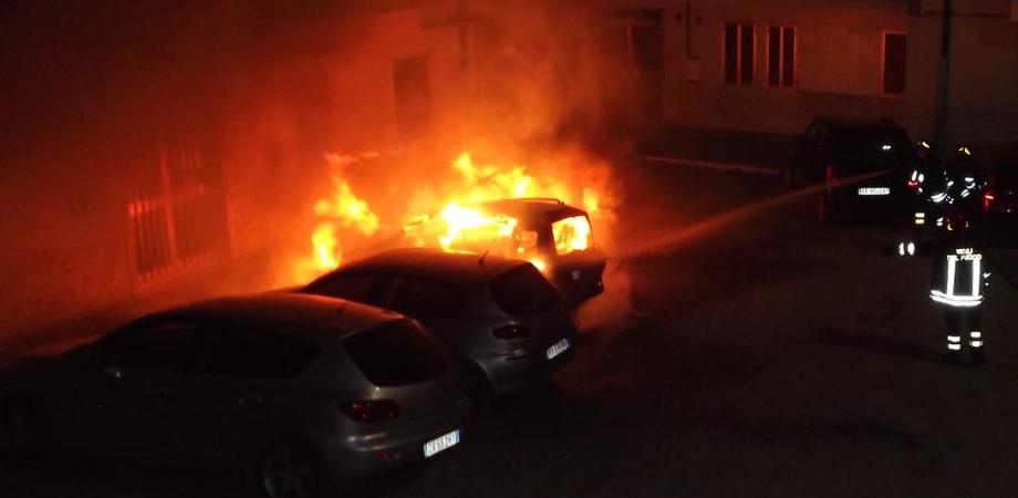 Raid di fuoco a Gela. Distrutte due auto, operaio e giovane nel mirino