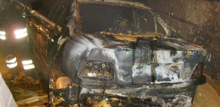 Incendio nella notte a Niscemi. Danneggiata l'auto di un netturbino