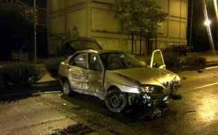 http://www.seguonews.it/auto-sbanda-in-via-rochester-e-travolge-albero-cartelli-stradali-e-vetture-in-sosta-illeso-giovane