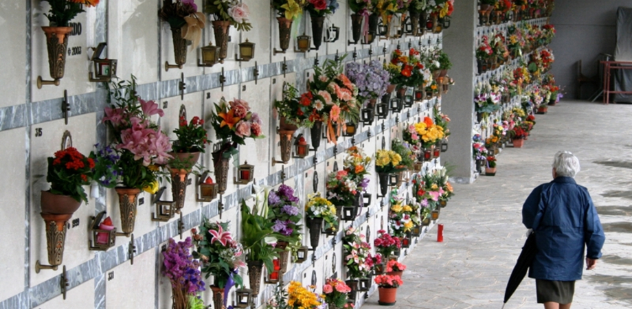 """Ladri nelle cappelle private del cimitero """"Angeli"""": rubati lampadari e vasi di rame"""