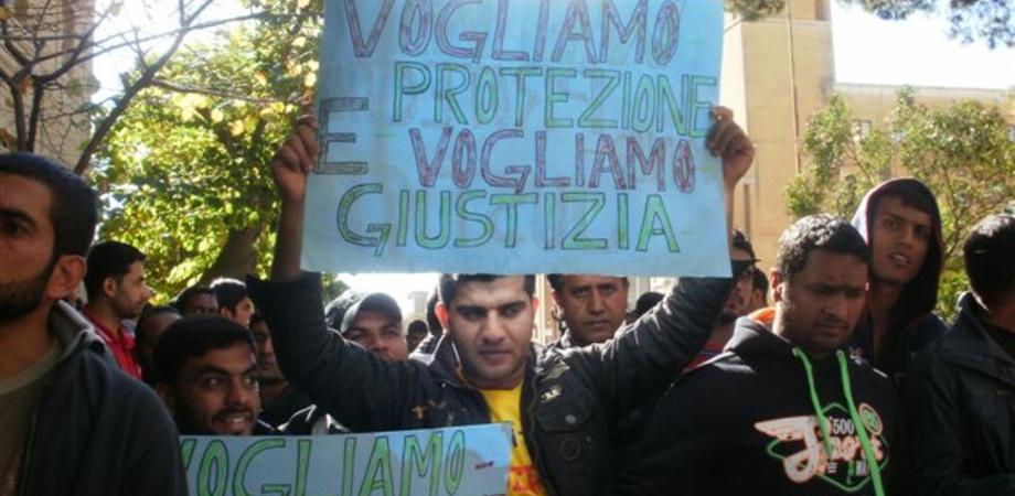"""Protezione umanitaria, centinaia di pakistani protestano in Prefettura a Caltanissetta. """"Noi profughi discriminati"""""""