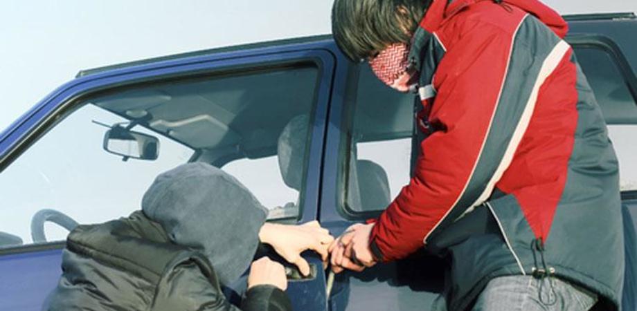 Ruba auto con due complici minorenni, diciottenne arrestato a Gela