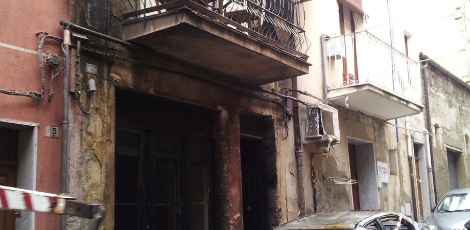 Gela, notte di terrore in via Zinchì: incendio carbonizza auto e danneggia un palazzo