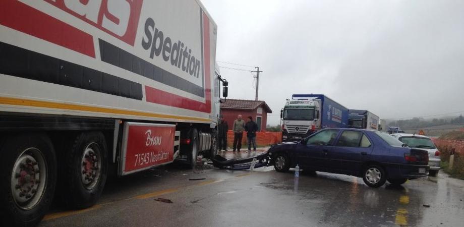 Auto contro Tir sulla Ss 640: ferita coppia nissena. Pedone investito in via Turati