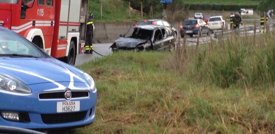 Auto sbanda, finisce contro muro e prende fuoco: illesa la conducente