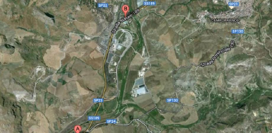 Incidente stradale a Campofranco: una Nissan Micra finisce in un burrone