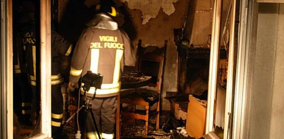 San Cataldo, abitazione prende fuoco: grave pensionato rimasto intossicato. Rogo causato da sigaretta?