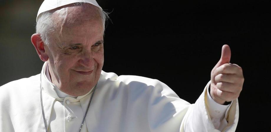 """La Chiesa anti bacchettona di Papa Francesco: """"I risposati non vanno trattati come scomunicati"""""""