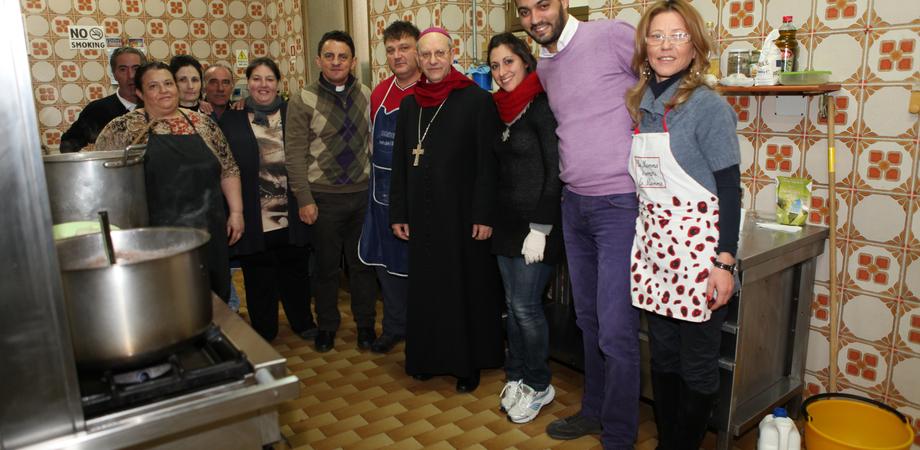 """Pranzo natalizio con i poveri e gli immigrati del centro """"Madre Speranza"""": ai fornelli il vescovo Mario Russotto"""
