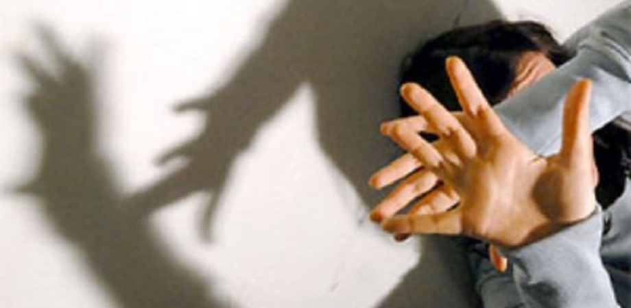 Calci e pugni alla convivente al culmine di una lite: arrestato a Santa Caterina per maltrattamenti