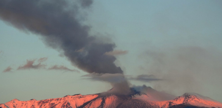 Etna, la fase eruttiva va avanti. Voli nel caos agli aereoporti di Catania e Comiso