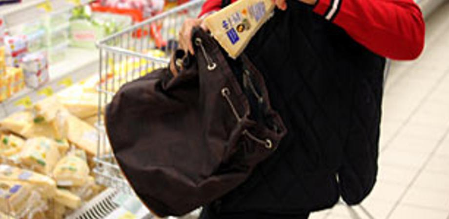 Ruba alimenti dal supermercato di via Due Fontane, casalinga nissena tradita dall'antitaccheggio