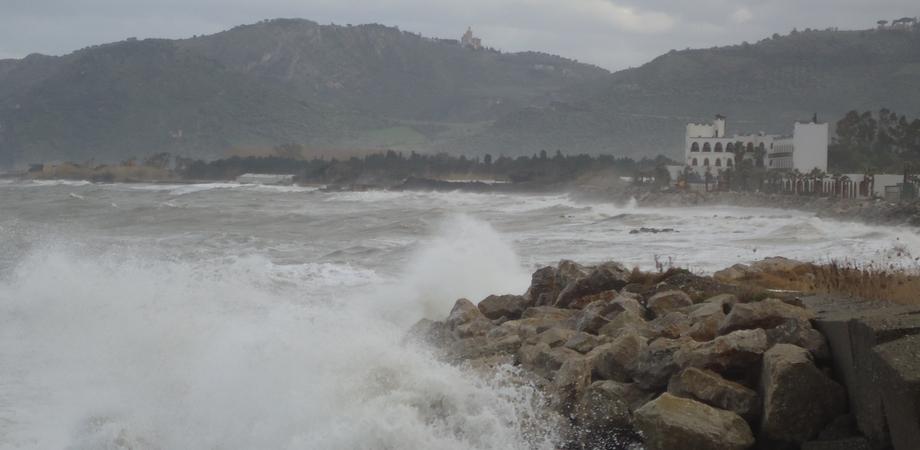 Maltempo impazza in Sicilia: forti raffiche di vento, sospesi i collegamenti marittimi