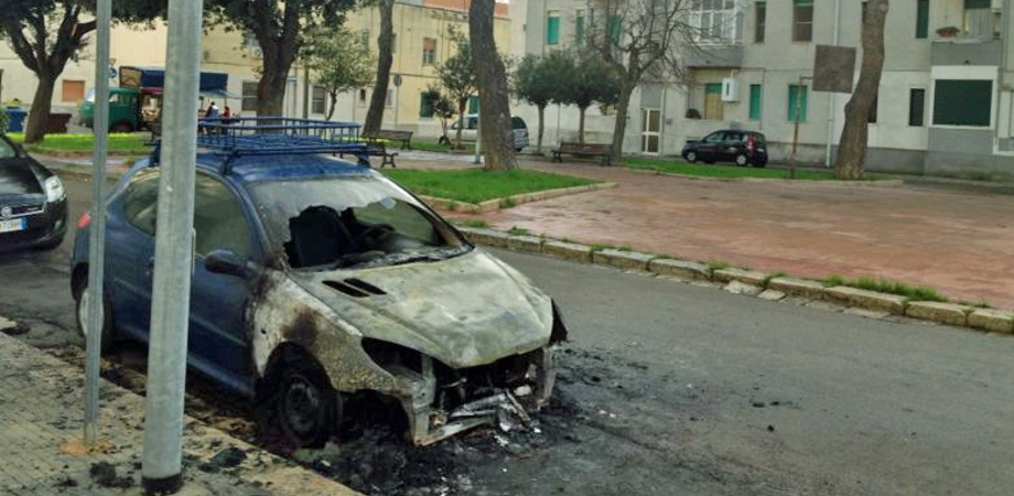 Caltanissetta, piromani notturni bruciano l'auto di un giovane disoccupato