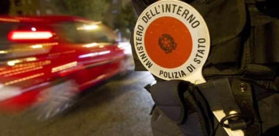 Accade a Niscemi: è senza patente nè assicurazione, lascia l'auto ai poliziotti. Maxi multa e denuncia